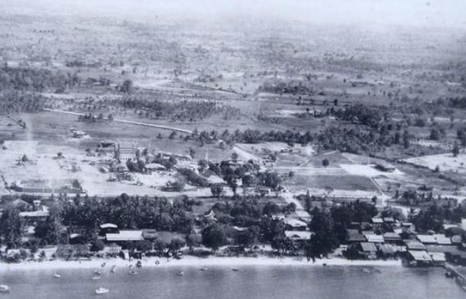 A Rare aerial view of Pattaya from this era with Wat Chai Mongkol in the mid ground. This is the area where Beach Road now meets Walking Street
